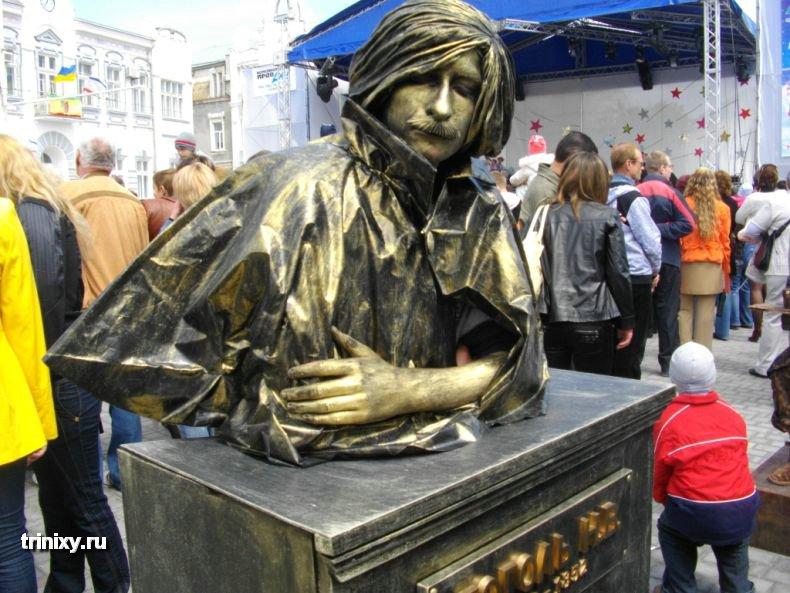 ロシアの銅像なりきりコンテスト