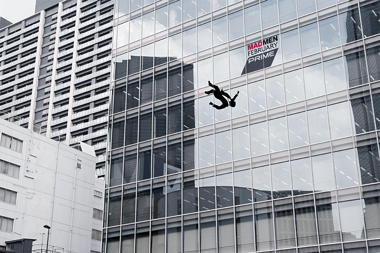 人がビルから落ちている広告